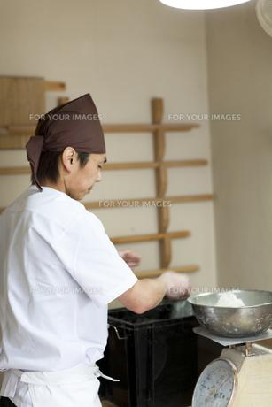 仕事をする料理人の真剣な横顔の素材 [FYI01019066]