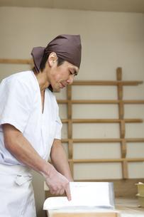 包丁を持ちそばを切るそば職人の素材 [FYI01019121]