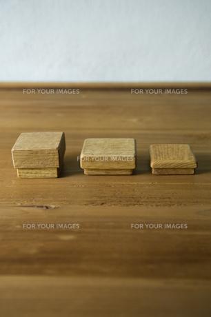木の板の上の木箱三個の素材 [FYI01019355]