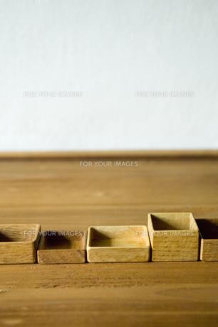 木の板の上に並べられた箱の素材 [FYI01019471]