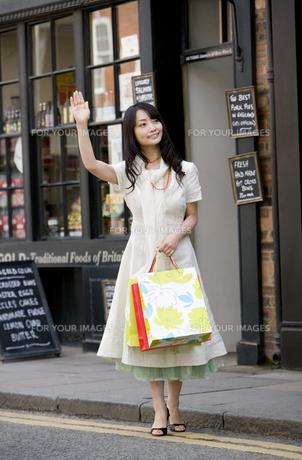 ロンドンの街角でタクシーをひろう女性の素材 [FYI01019536]