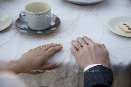 結婚指輪をした男女の手元の素材 [FYI01019565]