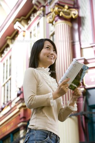 ガイドブックを持った日本人女性の素材 [FYI01019582]