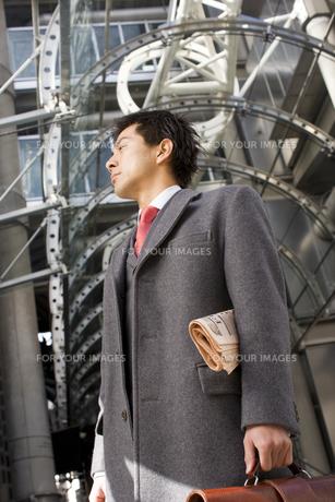 ビルの前に立つビジネスマンの素材 [FYI01019612]