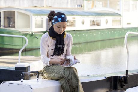 ロンドンの川辺で本を読む日本人女性の素材 [FYI01019622]