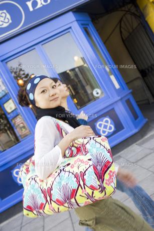 ロンドンの街中を歩く20代女性2人の素材 [FYI01019641]