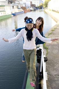 ロンドンの川辺を歩く日本人女性2人の素材 [FYI01019660]