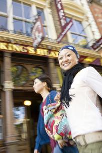 ロンドンの街中を歩く20代女性2人の素材 [FYI01019673]