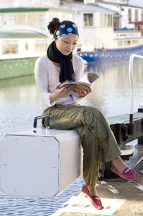 ロンドンの川辺で本を読む日本人女性の素材 [FYI01019684]