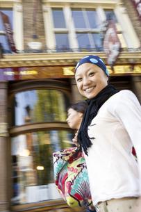 ロンドンの街中を歩く20代女性2人の素材 [FYI01019744]