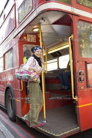 ロンドンバスに乗る20代女性の素材 [FYI01019747]