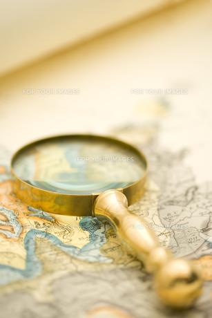 地図と虫眼鏡の素材 [FYI01019748]