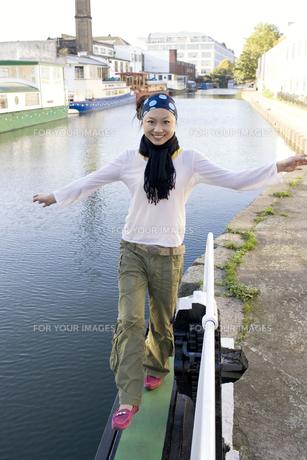 ロンドンの川辺を歩く日本人女性の素材 [FYI01019762]