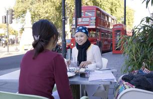 ロンドンのカフェで食事をする日本人女性2人の素材 [FYI01019774]