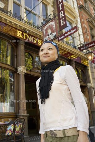 ロンドンの街角に立つ日本人女性の素材 [FYI01019776]