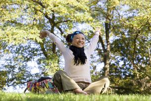 公園でリラックスする女性の素材 [FYI01019780]