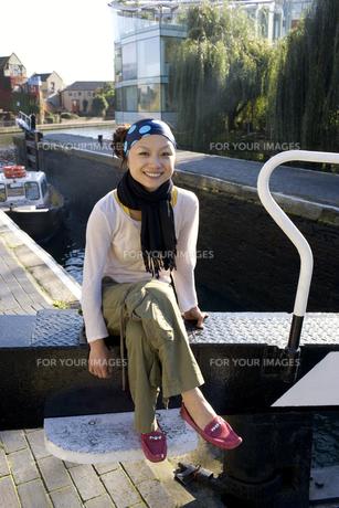 ロンドンの川辺に座る女性の素材 [FYI01019795]