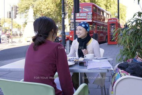 ロンドンのカフェで食事をする日本人女性2人の素材 [FYI01019797]