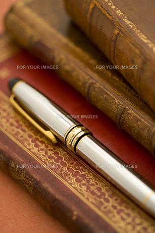 洋書とペンの素材 [FYI01019808]