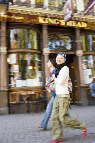 ロンドンの街を歩く20代女性2人の素材 [FYI01019916]