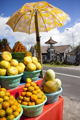 バリ島のフルーツ売りの屋台に並ぶ柑橘系果物の素材 [FYI01019978]