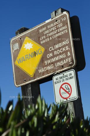 ビーチに立つ注意喚起の看板の素材 [FYI01020192]