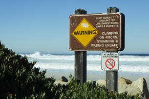 ビーチに立つ注意喚起の看板の素材 [FYI01020231]