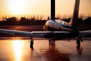 夕日を浴びる小型飛行機の素材 [FYI01020268]