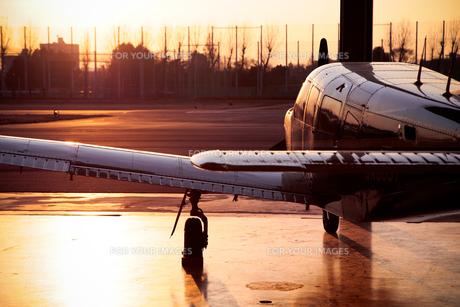 夕日を浴びる小型飛行機の素材 [FYI01020280]