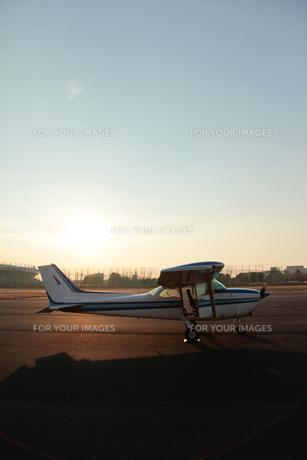 夕暮れの小型飛行機の素材 [FYI01020297]