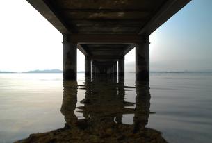 桟橋と静かな水面の素材 [FYI01020324]