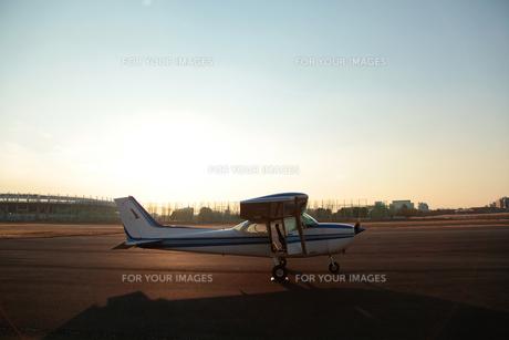 夕暮れの小型飛行機の素材 [FYI01020362]
