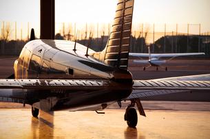 夕日を浴びる小型飛行機の素材 [FYI01020409]
