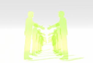 握手をする緑の透明アクリルパネル風ビジネスマンの列の素材 [FYI01021084]