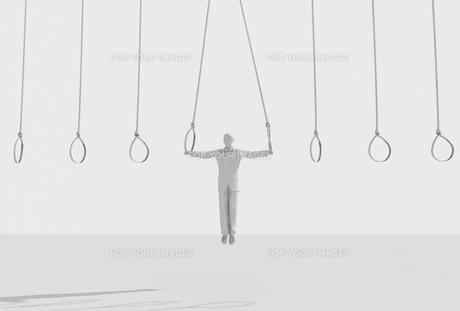 吊り輪につかまる男性の素材 [FYI01021157]