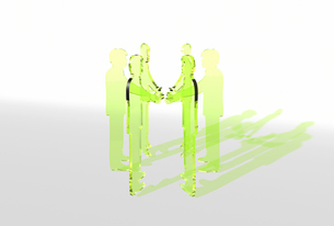 握手をする緑の透明アクリルパネル風ビジネスマンと影の素材 [FYI01021173]
