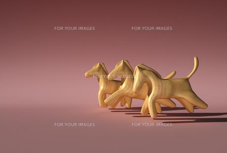 競走する3頭の木製の馬の素材 [FYI01021261]