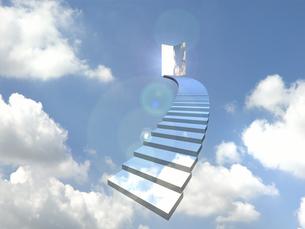 青空のドアに向かってカーブした階段の素材 [FYI01021352]
