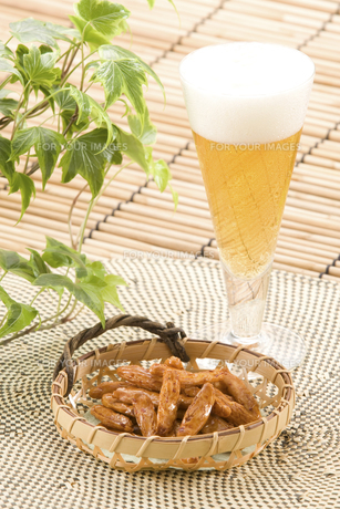ビールと柿の種の素材 [FYI01022142]