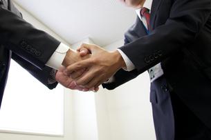 ビジネスマンの握手の素材 [FYI01028336]