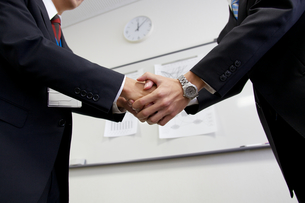 ビジネスマンの握手の素材 [FYI01028500]