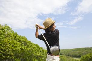 新緑とゴルファーの素材 [FYI01029064]