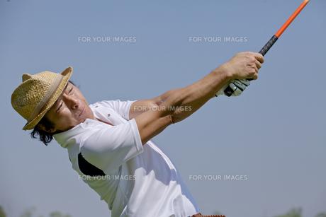 ゴルフをする中年男性の素材 [FYI01029167]