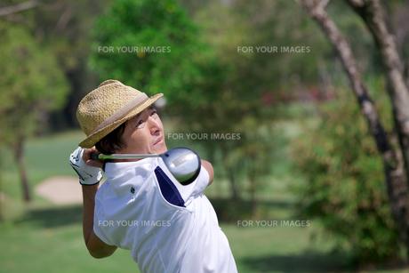 ゴルフをする中年男性の素材 [FYI01029207]