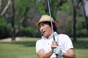 ゴルフをする中年男性の素材 [FYI01029221]