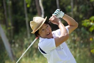ゴルフをする中年男性の素材 [FYI01029252]