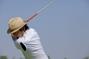 ゴルフをする中年男性の素材 [FYI01029255]