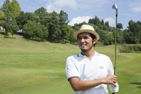 ゴルフする30代男性の素材 [FYI01029396]