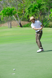ゴルフをする中年男性の素材 [FYI01029404]