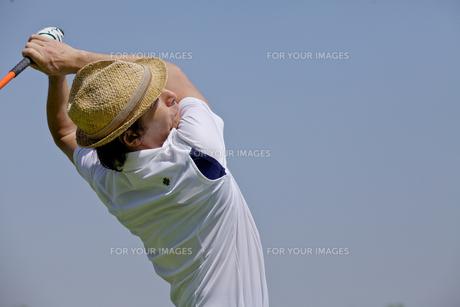 ゴルフをする中年男性の素材 [FYI01029405]